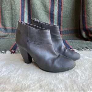 3/$20☀1937 Footwear Gray Leather Zip Back Booties